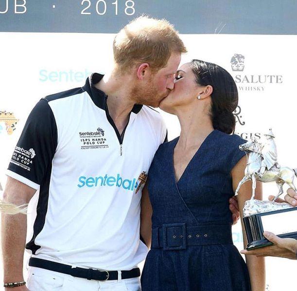 Princ Harry a Meghan si dali horúci bozk na verejnosti