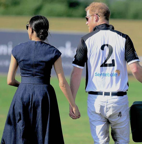 Princ Harry a Meghan si dali horúci bozk na verejnosti, peepl.sk