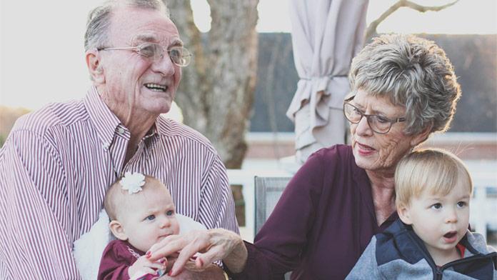 Ďalšia letná tragédia: Dedko zabudol v rozhorúčenom aute 10-mesačnú vnučku