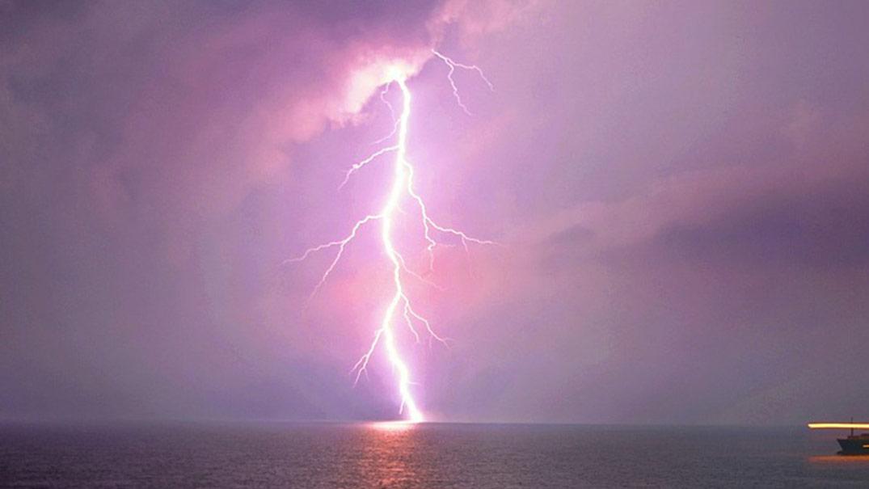 Na talianskej pláži udrel blesk do skupinky detí: 13-ročný chlapec je vo vážnom stave!