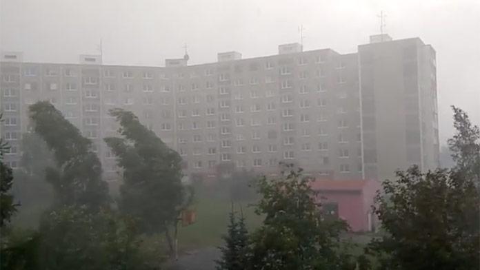 Časťou Slovenska sa prehnali silné búrky: Vietor lámal stromy, ľudia radšej nevychádzali von!