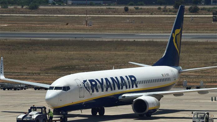 FOTO: Rozruch na palube Ryanairu. Muža v zelenom kostýme víly vyhodili z lietadla!