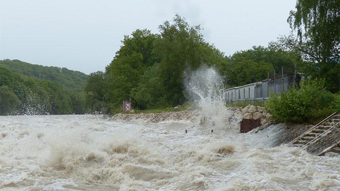 Dážď spôsobuje problémy: Vydané výstrahy pred povodňami pre päť okresov