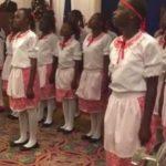 kenske deti spievaju slovensku hymnu