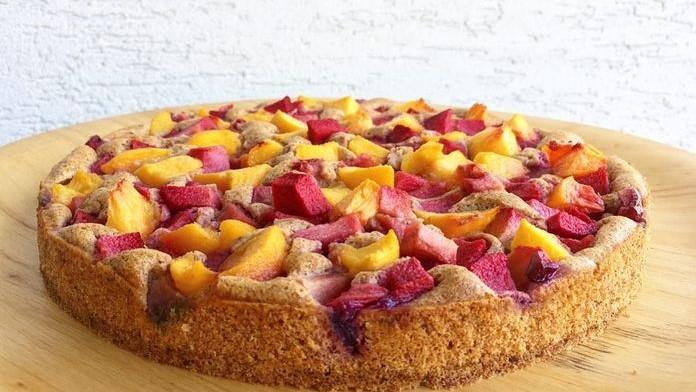 Zdravý ovocný koláč zo špaldovej múky, ktorý si ihneď zamilujete