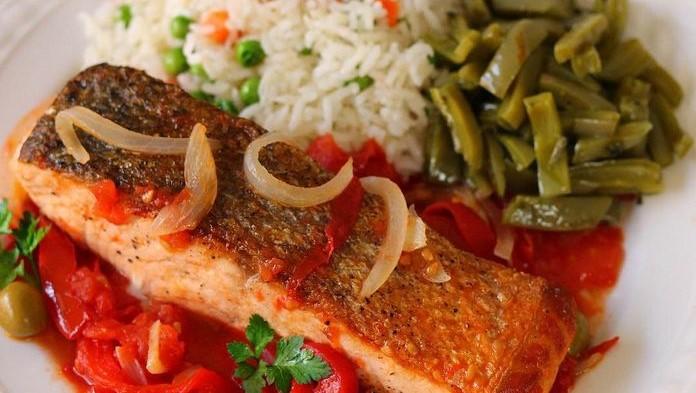 Milujete lososa? Pripravte si ho na paradajkovej omáčke s ryžou