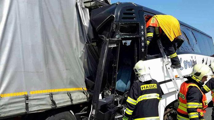 Vážna nehoda kamióna s autobusom plného malých detí