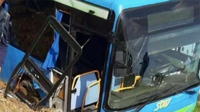 Nehoda autobusu plného študentov: Vodič sa vyhýbal autu, ktoré mu vošlo do cesty