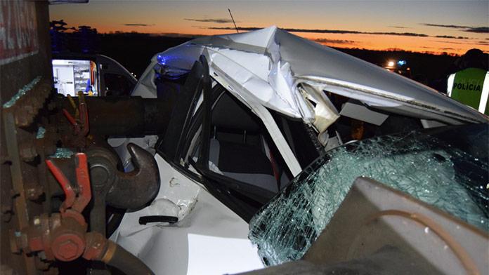 Zrážka nákladného vlaku s autom na západnom Slovensku: Zasahovať musel vrtuľník