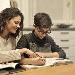 študent pise diktát s mamou, online diktát, peepl,